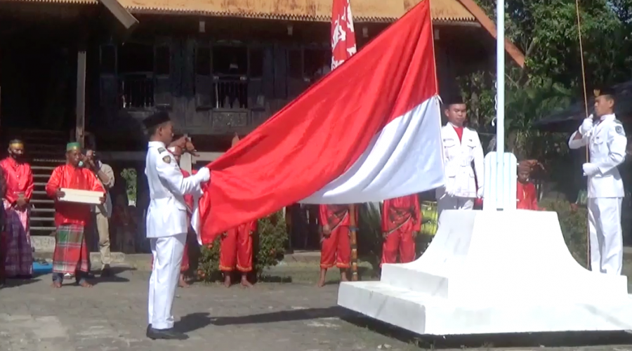 Pengibaran Bendera Merah Putih di depan Balla Lompoa Bajeng