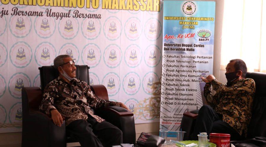 Rektor Universitas Cokroaminoto Makassar ( UCM ) Prof. Muhammad Asdar bersama General Manager External dan Corporate Communication Trans Studio Mall Makassar Luisito Hari Krisanto