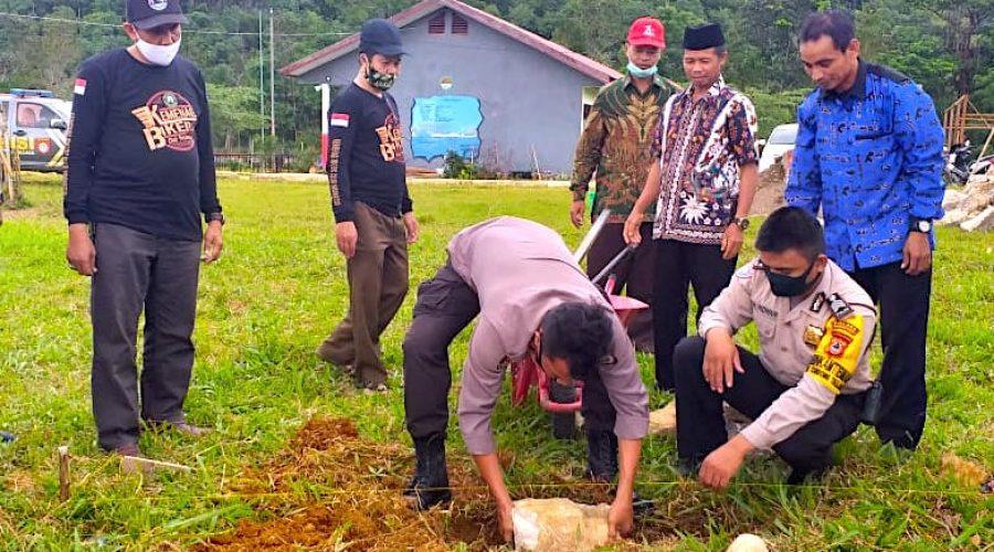 Kapolsek Tondong Tallasa Iptu Marzuki SH Meletakkan batu pertama mushallah SMKN 9 Pangkep